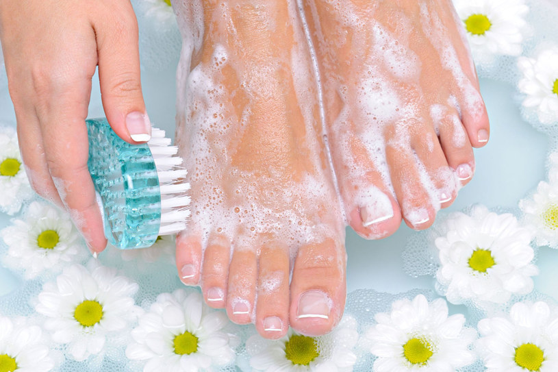 Nie zaniedbuj stóp zimą. Właściwa pielęgnacja sprawi, że wiosnę powitają w doskonałej formie! /123RF/PICSEL
