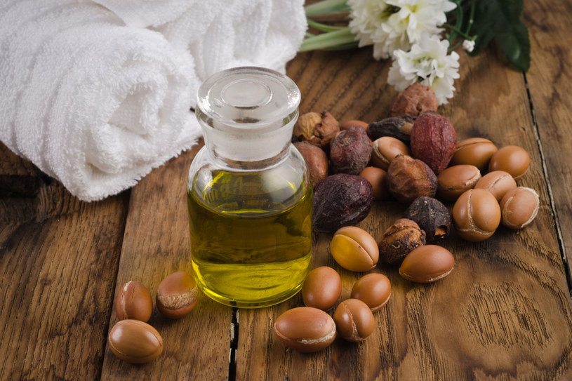 Nie zapominaj o olejku arganowym. To wciąż jeden z najbardziej uniwersalnych kosmetyków do pielęgnacji nie tylko twarzy, ale i całego ciała /123RF/PICSEL