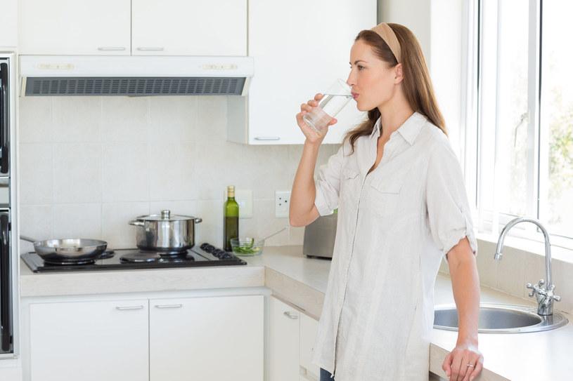 Nie zapominaj o piciu wody, zwłaszcza zanim wyjdziesz z domu /123RF/PICSEL