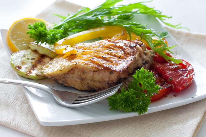 Nie zapominaj o regularnym jedzeniu potraw z ryb /123RF/PICSEL