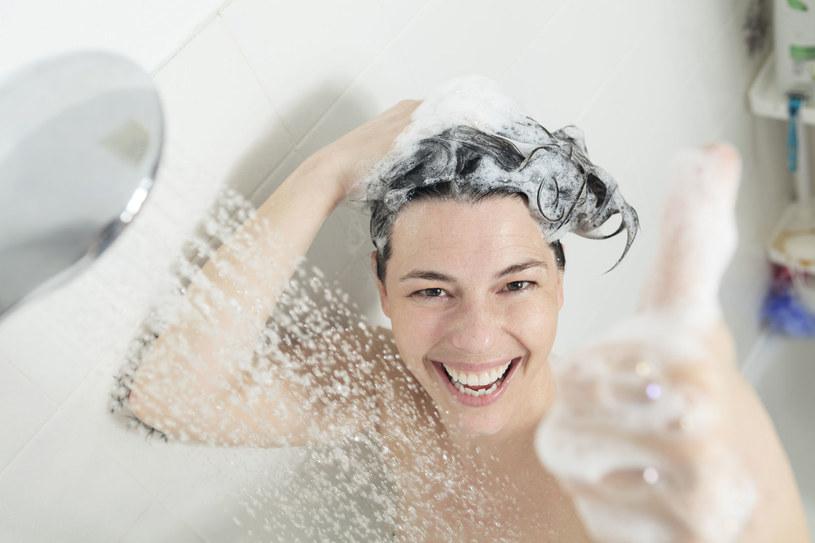 Nie zapominaj o rozcieńczaniu szamponu do włosów /123RF/PICSEL