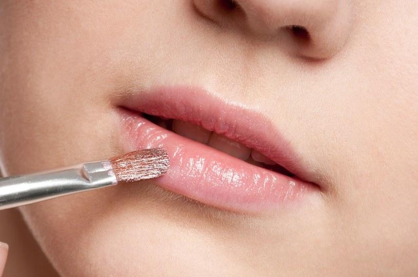 Nie zapominajmy nosić przy sobie balsamu do ust - najlepiej wybierać te, zawierające składniki nawilżające /123RF/PICSEL