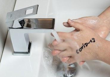 Nie zgadniesz, ile godzin koronawirus pozostaje na dłoniach
