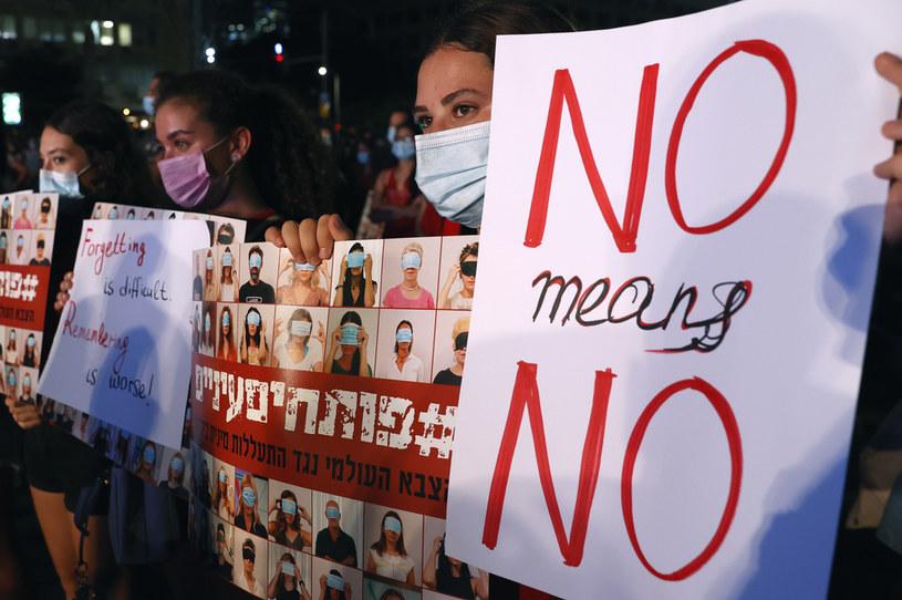 """""""Nie znaczy nie"""" - transparent uczestniczki protestów w Izraelu /JACK GUEZ / AFP /AFP"""