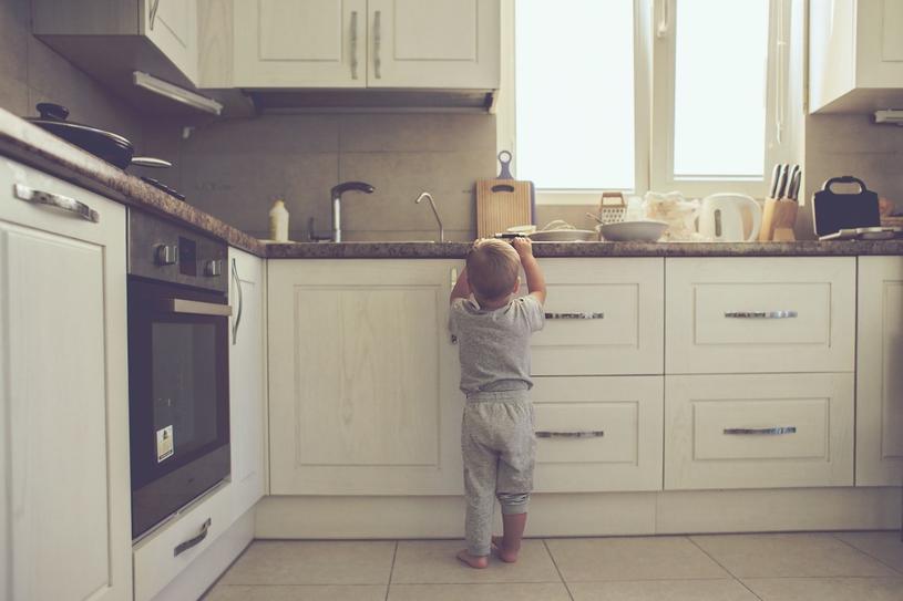 Nie zostawiaj malucha samego w kuchni /123RF/PICSEL