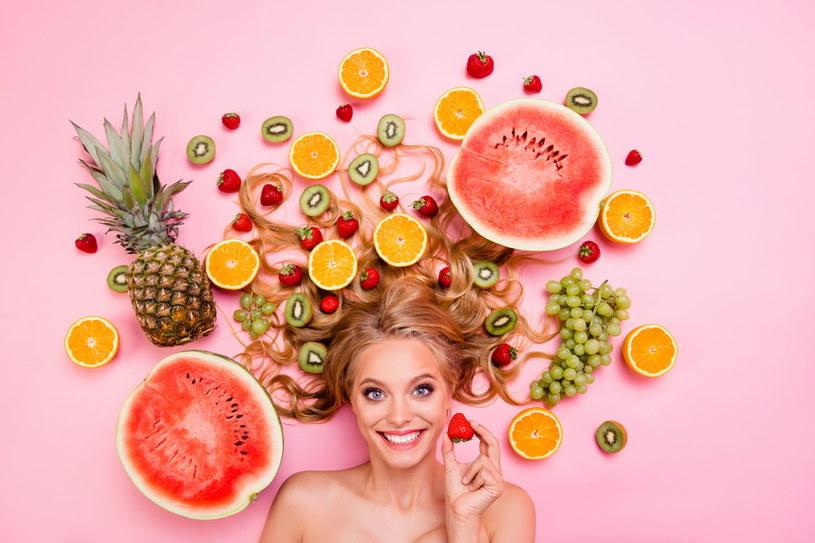 Niebagatelną rolę w zimowej pielęgnacji włosów i skóry głowy odgrywa również dobrze zbilansowana dieta bogata w witaminy i składniki mineralne /Adobe Stock