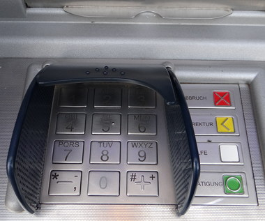 Niebezpieczne bankomaty i strony internetowe - na co uważać na wakacjach?