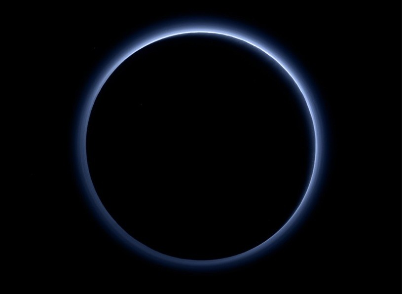 Niebieska mgiełka wokół Plutona /NASA