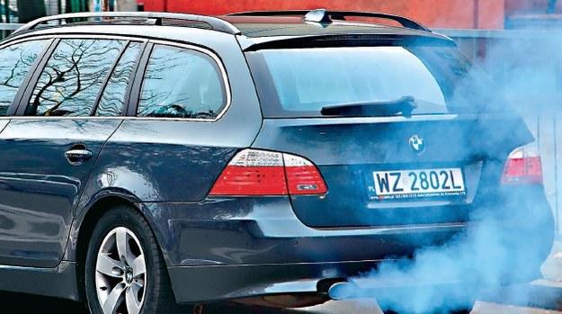Niebieski dym to efekt nadmiernego spalania oleju silnikowego. /Motor