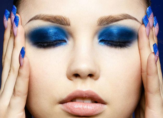 Niebieskie cienie sa w tym sezonie bardzo modne! /123RF/PICSEL
