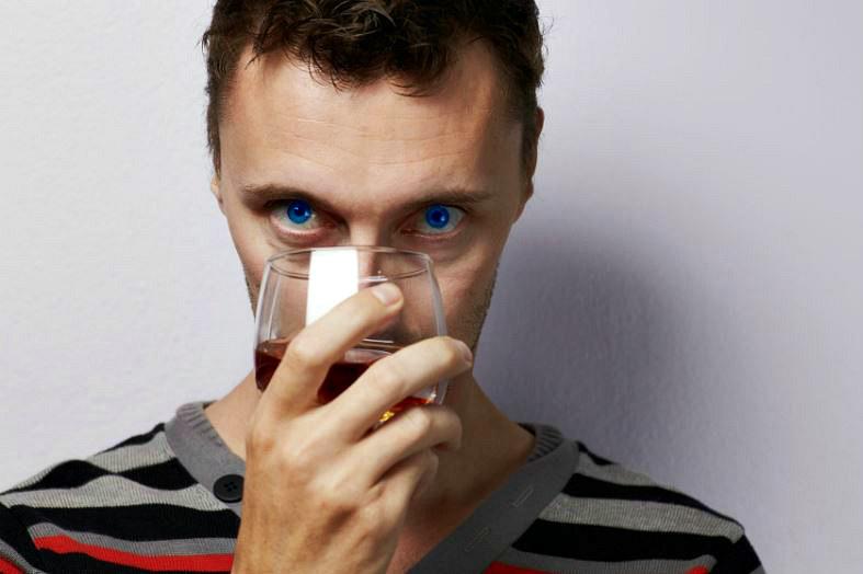 Niebieskoocy mają większe ciągoty do alkoholu? /123RF/PICSEL