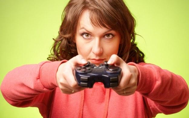 Niech nie zwiedzie cię kuchenny fartuszek - twoja mama chętnie grałaby w Call of Duty /123RF/PICSEL