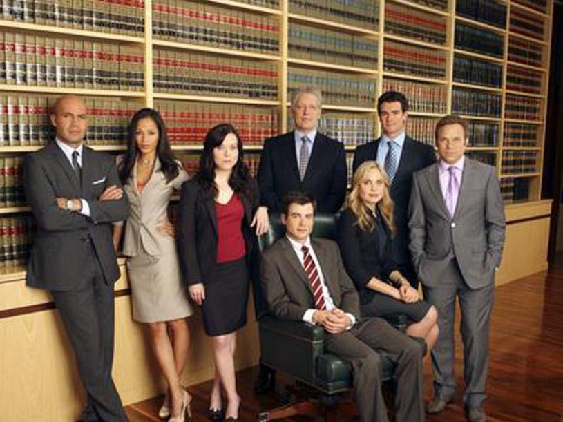 Niech was nie zmylą te grzeczne garsonki i liliowe krawaty. Ci prawnicy to  bestie. /materiały prasowe