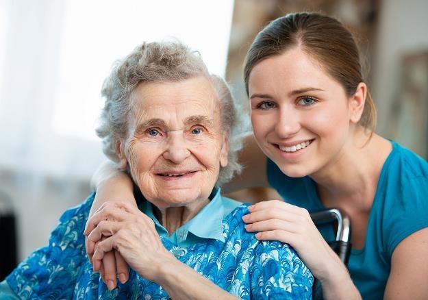 Niechętnie oddajemy rodziców do domów opieki. Na popularności zyskuje profesjonalna opieka domowa /©123RF/PICSEL