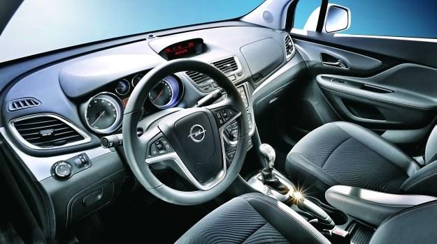 Nieco podwyższona pozycja za kierownicą, czytelne okrągłe wskaźniki i – podobnie jak w innych modelach Opla – trochę przeładowana przyciskami konsola środkowa. /Motor