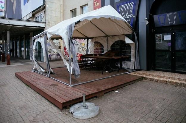 Nieczynne restauracje i bary w centrum Warszawy /Albert Zawada /PAP