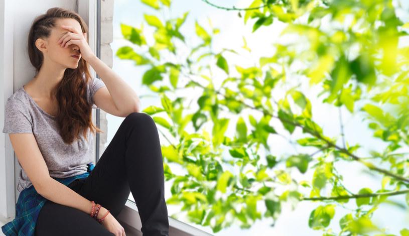 Niedoczynności może towarzyszyć pogorszenie nastroju, brak chęci do życia, senność, zaburzenia koncentracji. Nawet po wszczęciu leczenia i wyrównaniu poziomu hormonów tarczycy objawy te nadal się utrzymują /123RF/PICSEL