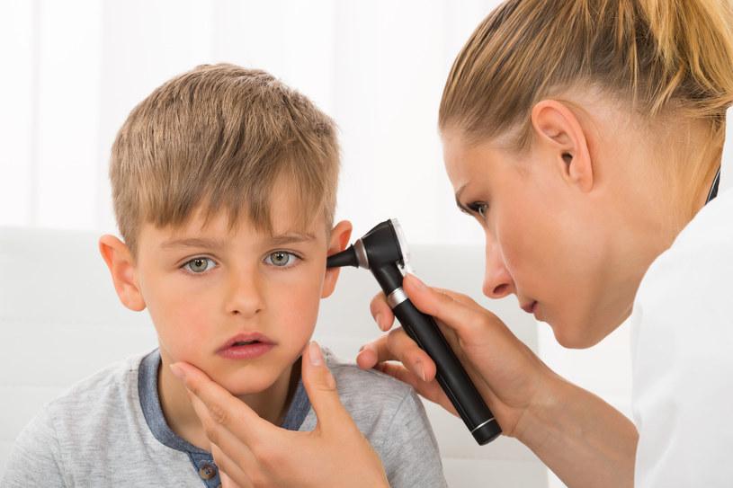 Niedosłuch i inne zaburzenia słuchu, takie jak nadwrażliwość na dźwięki czy szumy uszne, stały się ogromnym problemem całej światowej populacji ludzkiej /123RF/PICSEL