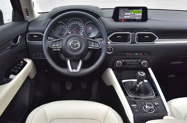 Nieduża kierownica i krótki drążek zmiany biegów – niczym w aucie sportowym. Zaletą auta jest także prosta, intuicyjna obsługa. /Motor