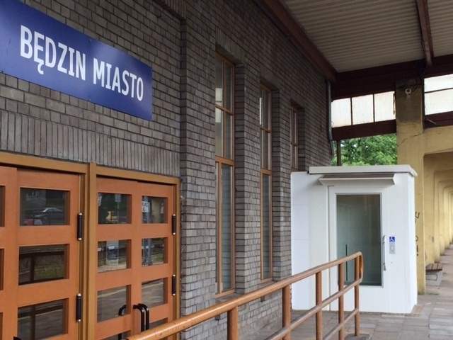 Niedziałająca winda dla niepełnosprawnych na dworcu w Będzinie /Anna Kropaczek /RMF FM