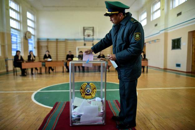 Niedzielne głosowanie było poprzedzone tłumieniem głosu mediów i działaczy politycznych krytycznych wobec władz /AFP