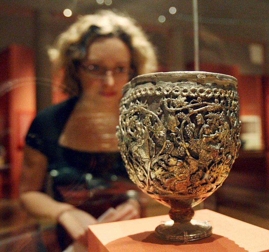 Niegdyś uważano, że ten pochodzący z VI wieku kielich jest Świętym Graalem /ANDY RAIN /PAP/EPA