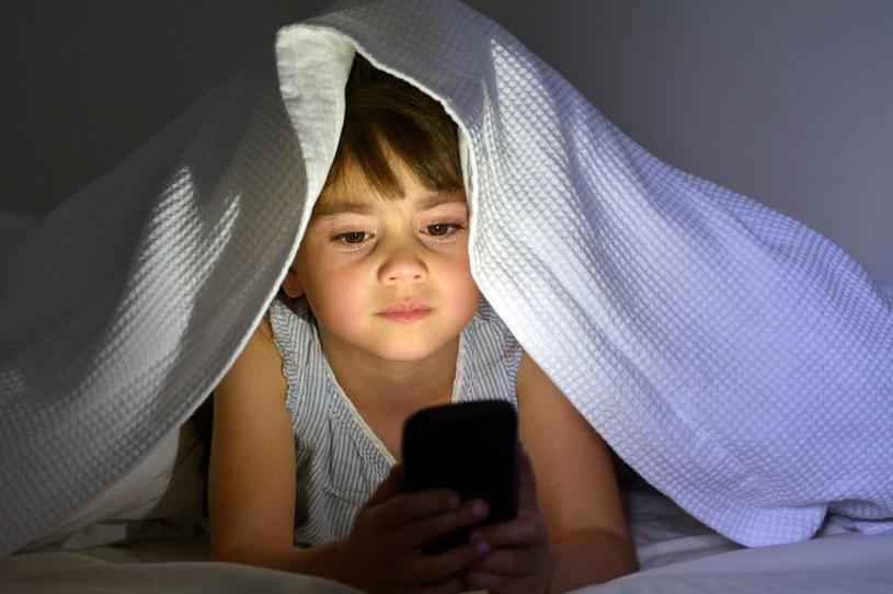 Niejeden rodzic daje swojemu dziecku telefon komórkowy, na którym może grać (zdj. ilustracyjne) /123RF/PICSEL