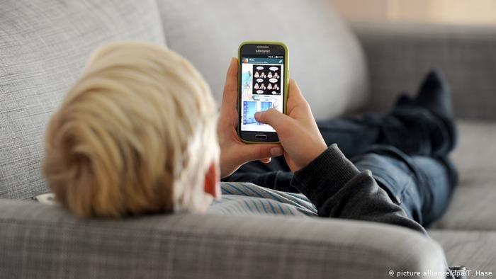 Niejeden rodzic daje swojemu dziecku telefon komórkowy, na którym może grać /picture alliance/dpa/T. Hase /Deutsche Welle