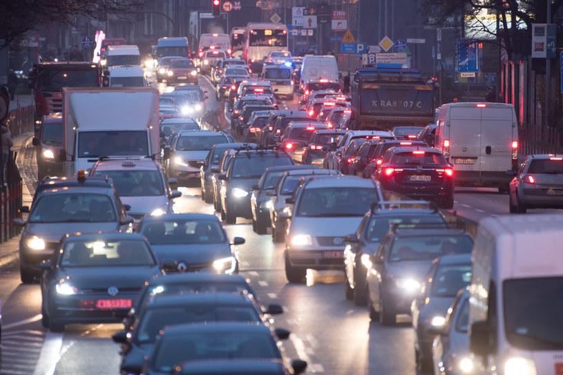 Niekontrolowana zabudowa, brak nowych inwestycji drogowych, zwężanie dróg istniejących - oto efekty /Wojciech Stróżyk /Reporter