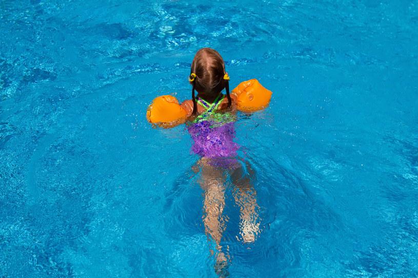 Niektóre dzieciaki od razu pokochają wodne zabawy, inne będą potrzebowały sporo czasu, by pokonać swój lęk /123RF/PICSEL