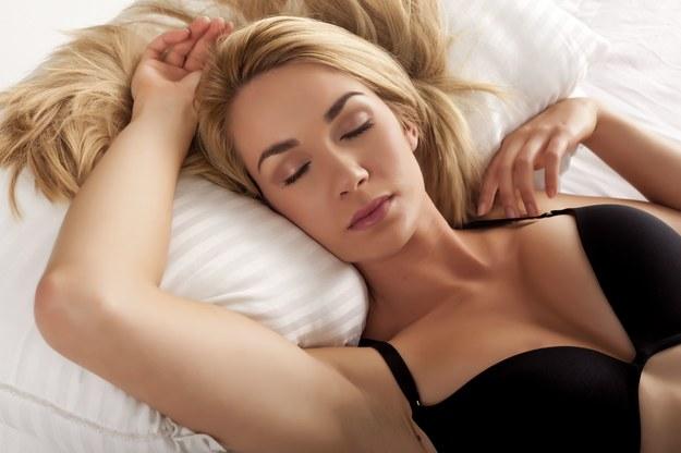 Niektóre firmy, zajmujące się produkcją i sprzedażą łóżek, zatrudniają profesjonalnych testerów, których zadaniem jest ocenienie poziomu komfortu i wygody związanego z odpoczynkiem na wybranym materacu /123RF/PICSEL