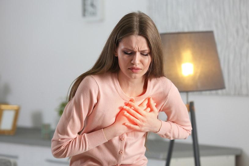 Niektóre objawy zawału i refluksu mogą być podobne /123RF/PICSEL