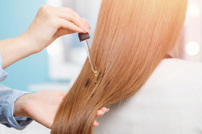 Niektóre oleje mogą przyciemnić włosy /123RF/PICSEL