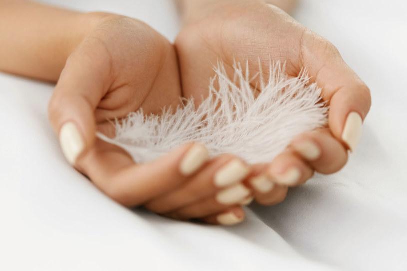 Niektóre rodzaje nowotworów skóry, np. czerniak, mogą w początkowym stadium wyglądać jak plamy wątrobowe /123RF/PICSEL
