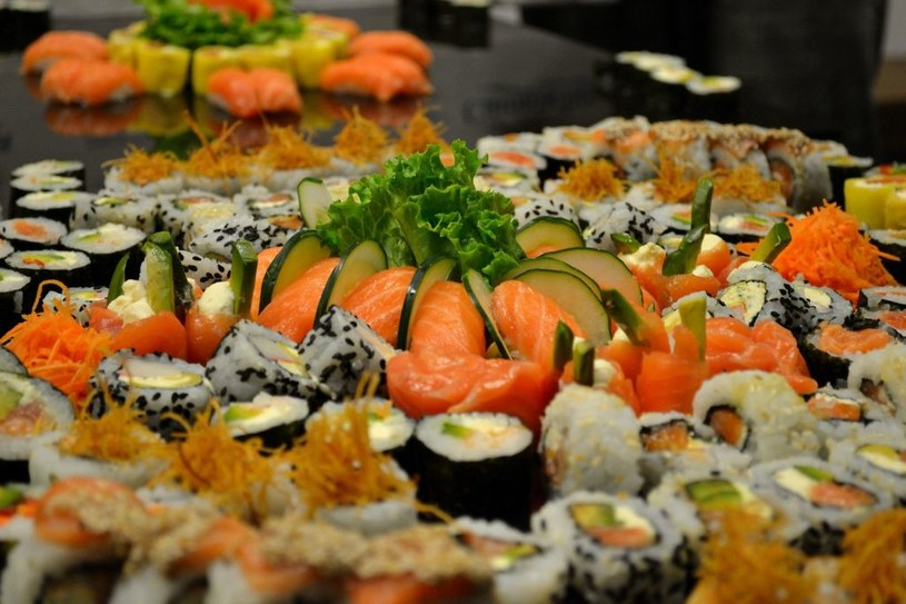 Niektóre rolki sushi pokrywa się ekstra warstwą sezamu – białego i czarnego /123RF/PICSEL
