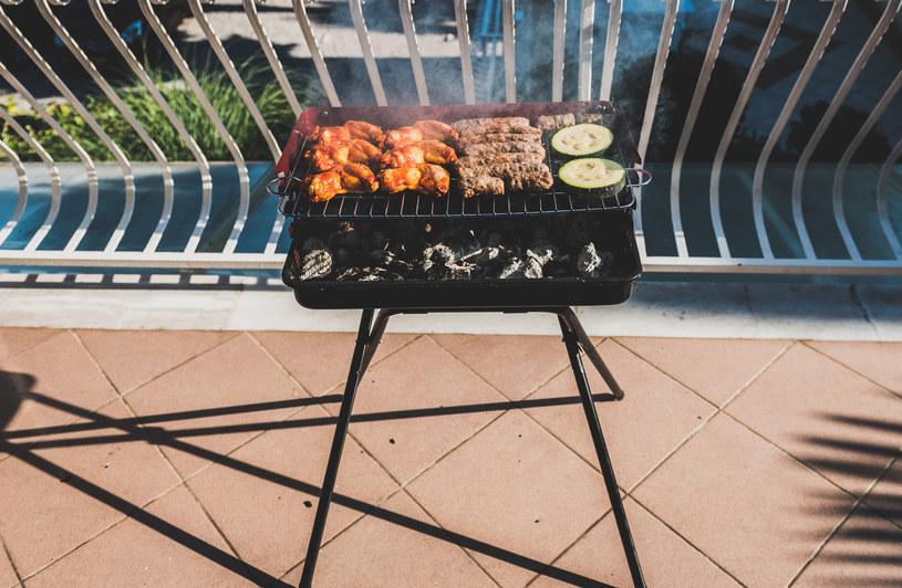 Niektóre spółdzielnie mieszkaniowe zdecydowały się wprowadzić zakaz grillowania na balkonach /123RF/PICSEL