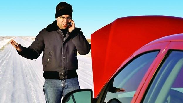 Niektóre zimowe problemy z autem są efektem niewłaściwego stosowania preparatów, które w założeniu mają pomóc kierowcy. /Motor