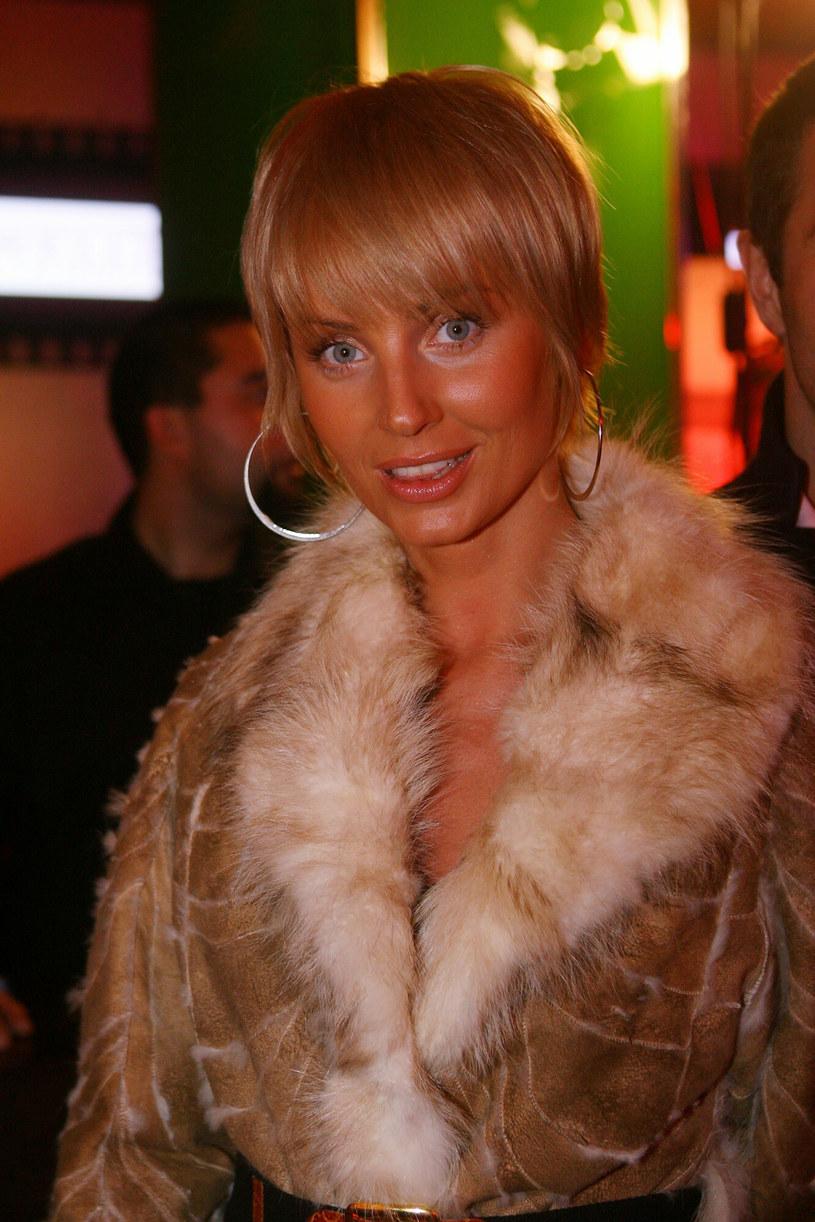 Niektórych zdjęć Agnieszka Woźniak-Starak wolałaby nie pamiętać. Blond w połączeniu z mocną opalenizną, która nie jest zdrowa dla skóry, dawał nienajlepsze efekty /Piotr Fotek /Reporter