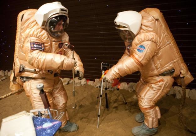 Niektórzy astronauci odbyli symulowany spacer po powierzchni Marsa /AFP