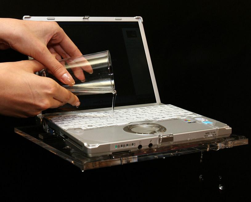 Niektórzy celowo niszczą swoje komputery służbowe /AFP