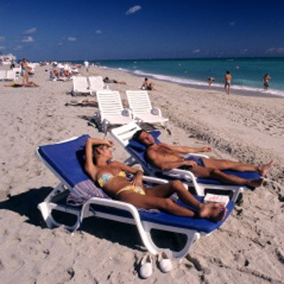 Niektórzy chodzą na plażę po to, aby pokazać swoje ciało /AFP