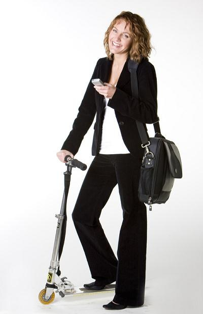 Niektórzy docierają do pracy hulajnogą lub na rolkach /© Panthermedia