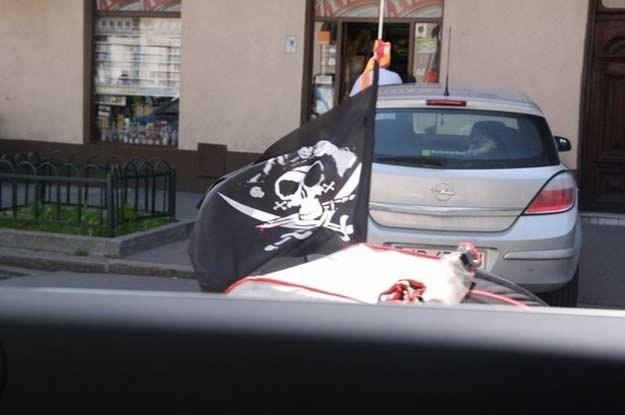 Niektórzy kierowcy nie kryją się nawet, że są piratami drogowymi /poboczem.pl
