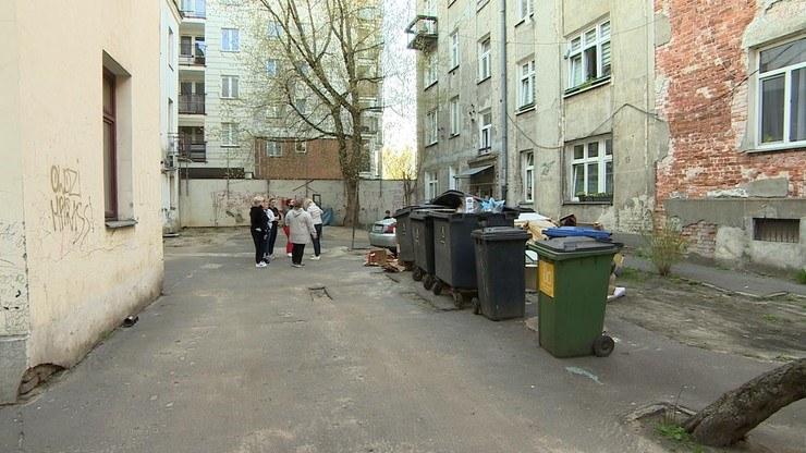 Niektórzy mieszkańcy zapłacą za śmieci wartość drugiego czynszu. Fot. Interwencja /Polsat News