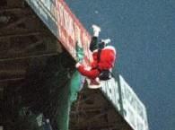 Niektórzy Mikołajowie spadają z dachu.... /AFP