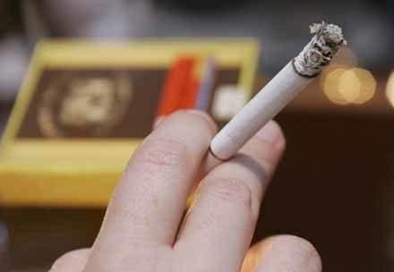 Niektórzy nie mogą żyć bez przerwy na papierosa /AFP