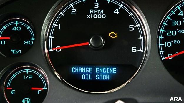 Niektórzy producenci stosują rozwiązania pozwalające ocenić stan zużycia oleju. W większości aut trzeba jednak polegać na wskazaniach licznika przebiegu od ostatniej wymiany. /Motor