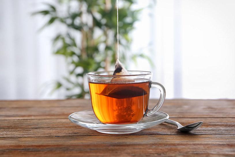 Niektórzy rezygnują z herbaty parzonej w torebkach /123RF/PICSEL