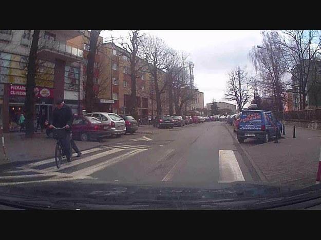 Niektórzy uważają, że wszystkiemu winni są cykliści. Czy mają rację? Proszę zauważyć, że ten cyklista mknie pod prąd.