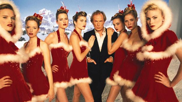 """Niektórzy wiedzą, jak owocnie spędzić święta. Bill Nighy w scenie z filmu """"To właśnie miłość"""" /materiały prasowe"""